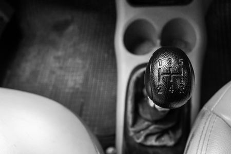 Control gear in driving a manual transmission car. Banque d'images - 120090719