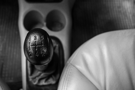 Control gear in driving a manual transmission car. Banque d'images - 120090720