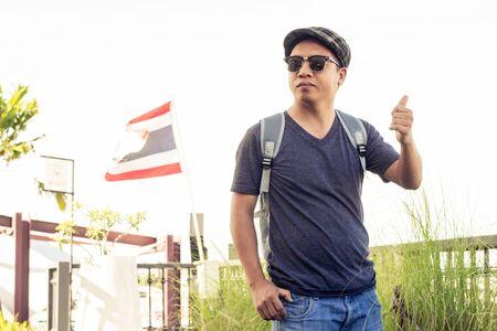 Mann mit Sonnenbrille und Hut mit Umhängetasche, die im Konzept der Touristen steht. Männer tragen T-Shirt und Jeans mit Lifestyle zu Touristen.