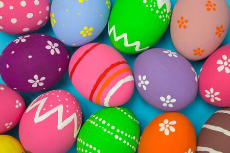 Top view easter egg painting colorful during the Easter and sky background. Easter eggs on the sky background. Standard-Bild