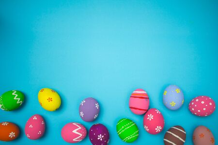 Top view easter egg painting colorful during the Easter and sky background. Easter eggs on the sky background. Banque d'images