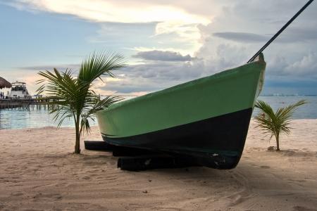 Barco en la orilla de Una playa de Isla Mujeres, México Foto de archivo