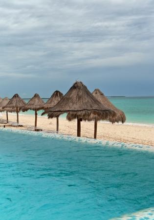 caribe: Alberca con vista al mar Caribe en Playa del Carmen, Mexico  Stock Photo
