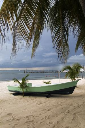 Un barco en una playa de Isla Mujeres, México