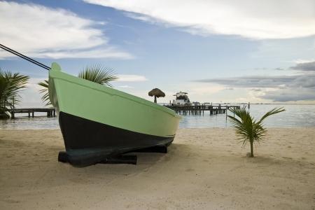 Un barco en una playa de Isla Mujeres, México Foto de archivo