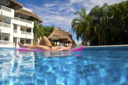 Una hermosa gil descansa en una piscina en un resort en Playa del Carmen