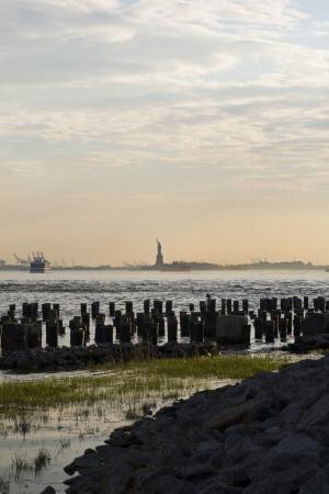 liberty island: Statua della libert� e vista Liberty Island a Brooklyn, New York, Stati Uniti d'America