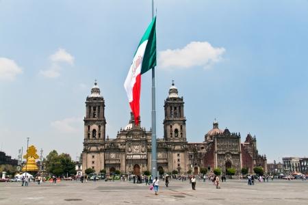 syntagma: MEXICO DF, MESSICO, 19 settembre 2011 Il Zocalo o Plaza de la Constitucin � la piazza principale di Citt� del Messico, la capitale del Messico Un enorme bandiera viene visualizzata al centro di essa Il Duomo � la chiesa principale dietro di esso
