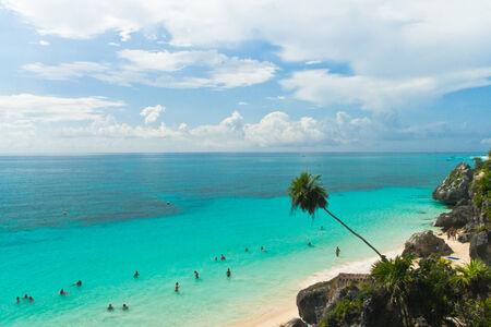 cultura maya: Vista desde la ciudad amurallada de Tulum y las ruinas con su cultura maya ubicada en el estado de Quintana Roo, al sureste de M�xico, en la costa del Mar Caribe