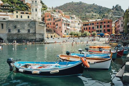 Boten in de baai van Vernazza in Nationaal park Cinque Terre, Ligurië, Italië
