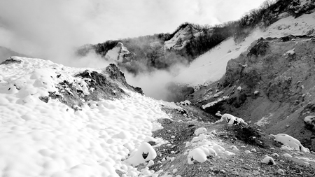 Noboribetsu onsen nieve invierno parque nacional monocromo en Jigokudani, Hokkaido, Japón Foto de archivo - 72381008
