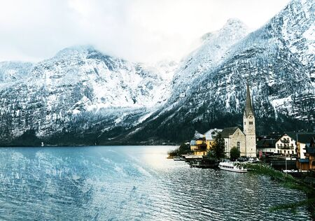 Viewpoint of Hallstatt old town city snow mountains and lake with reflection in the water in Winter season sunset time landscape Hallstatt, Austria Banque d'images