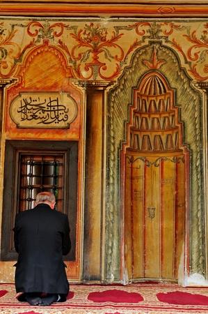 ひざまずく: 祈りの中心に崇拝の儀式