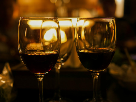 2 glasses of wine at the restauant with night background 스톡 콘텐츠