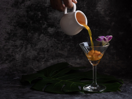 puring liquid into the glass to make a glass of cocktails 스톡 콘텐츠