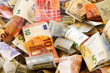 다른 나라의 지폐와 무작위로 겹쳐 주름. 다른 색상입니다. 스톡 콘텐츠