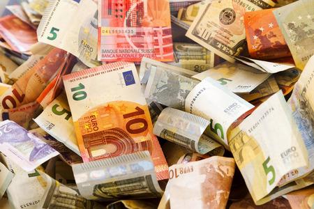 Bankbiljetten van verschillende landen en gerimpeld overlappende willekeurig. Verschillende kleuren. Stockfoto