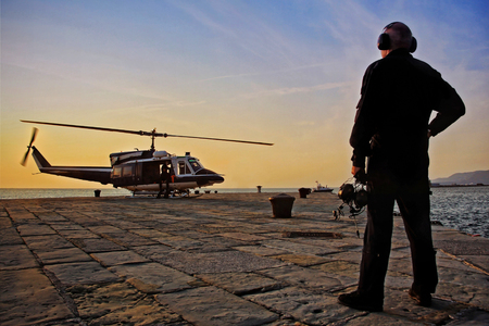 ヘリコプター部門ダイバー イタリア ポートのプラットフォームで離陸準備をします。 写真素材