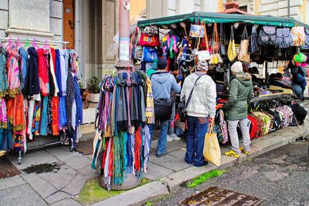 foulards: Roma, Italia - 15 gennaio 2016: Alcuni si fermano i passanti davanti a un chiosco per la vendita di borse, accessori e sciarpe, in un angolo della stazione.