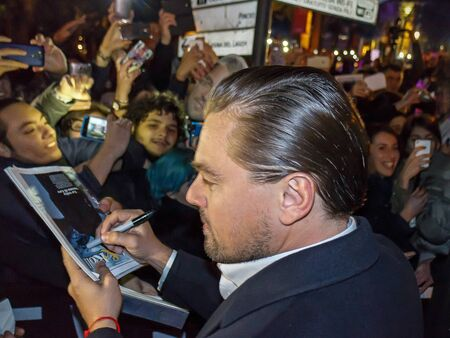 Rome, Italië - 15 januari 2016: In de afbeelding ondertekent Leonardo DiCaprio handtekeningen aan het publiek in de straat. De acteur is omringd door de Italiaanse fans en de veiligheid mannen. We zitten in een openbare plaats, voordat het in de rode timmerman die hem zal nemen om th