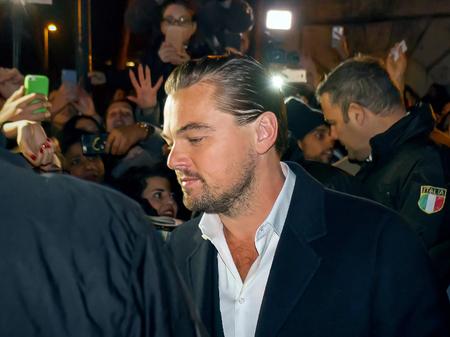 ローマ, イタリア - 2016 年 1 月 15 日: ローマの映画の家の近くのイメージ レオナルド ・ ディカプリオ。俳優がここでファンとセキュリティの男性に