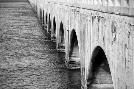 perspectiva lineal: Miami, Florida, EE.UU. - 2 de junio de 2007: los arcos debajo de un puente de hormigón, a lo largo de la carretera de ultramar, el camino de Miami a Key West, al sur de los Estados Unidos.