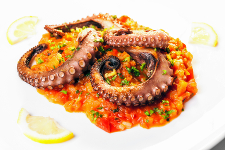 previously: Octopus cooked on the grill, previously marinated in olive oil, oregano, salt and pepper. On a bed of tomatoes, carrots and leeks, pan-fried. Finally, squeeze of lemon and parsley.