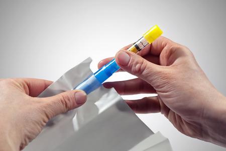 前景アルコール テスト、ドライバーの血中アルコール レベルを制御するためのツールで 2 つの手を上げます。どの打撃のリードとバッグで構成され 写真素材