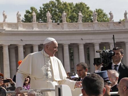 Rom, Italien - 30. April 2016: Franziskus an Bord für Schiff der Papst-Mobile läuft durch den Petersplatz, um die Menge um ihn anlässlich des Tages zum Jubiläum der militärischen Familie und Polizei gewidmet winken.