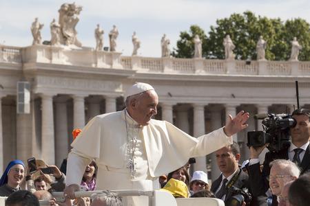 Roma, Italia - 30 aprile 2016: Papa Francesco a bordo delle navi delle piste papa-mobile attraverso Piazza San Pietro a salutare la folla intorno a lui, in occasione della giornata dedicata al giubileo della famiglia di militari e di polizia. Editoriali