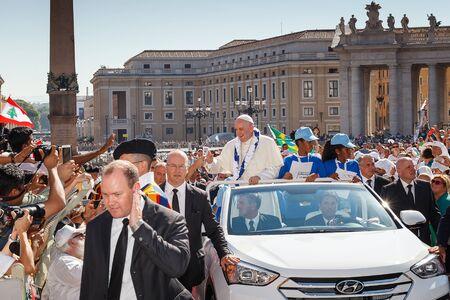sotana: Vaticano, Italia - 3 de de septiembre de, 2016: Francisco sobre el nuevo papa m�vil, rodeado de una multitud de fieles en la Plaza de San Pedro. Editorial