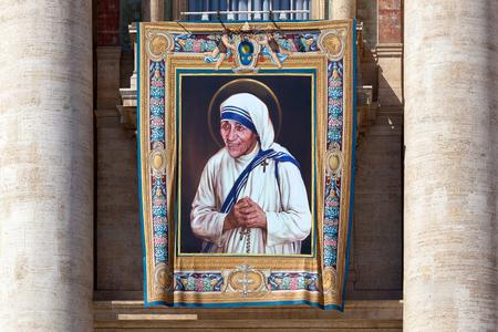 ローマ, イタリア - 2016 年 9 月 3 日: 絵画はカルカッタのマザー ・ テレサの列福にあたってのサンピエトロ大聖堂のファサードに出展。