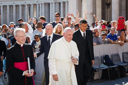 바티칸, 이탈리아 - 2016년 9월 3일 : 추기경과 함께 교황 프란치스코는 바티칸의 성 베드로 대성당 헤드. 그 뒤에, 충실의 군중이 그를 환호. 에디토리얼