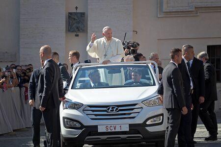 sotana: Estado del Vaticano - 3 de septiembre de, 2016: Francisco en el nuevo coche descapotable, saludando a la multitud de fieles reunidos en la plaza de San Pedro para la santificación de la Madre Teresa de Calcuta. márgenes de los hombres del coche que guardan la seguridad de que todo está Editorial