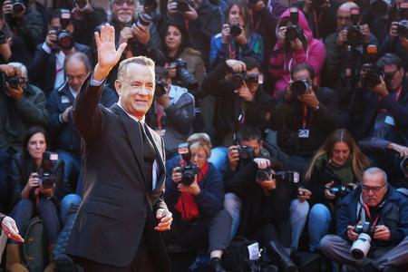 ローマ, イタリア - 2016 年 10 月 13 日: ローマ、11 の映画祭でレッド カーペットの上のトム ・ ハンクスは観客を迎えてくれます。俳優トム ・ ハンク