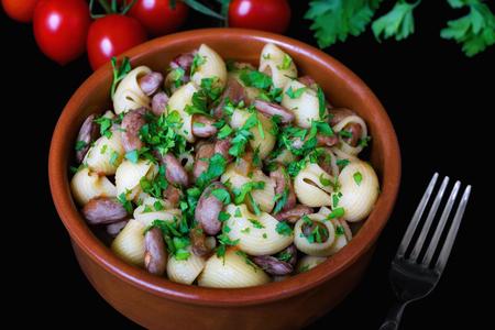 パスタと豆、チェリー トマトとフォークの束と、黒の背景上に作製したボウルします。料理は食べて準備ができて。豆。