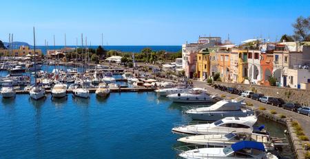 Vista panoramica del piccolo porto di Chiaiolella Marina. A destra si trovano le case colorate dei pescatori. Archivio Fotografico - 86560440