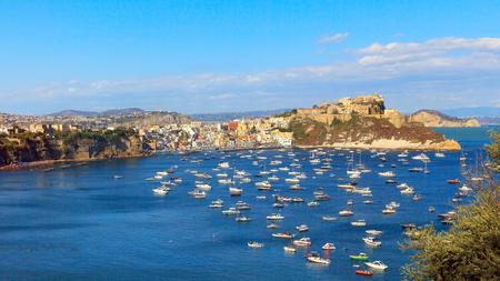 Sullo sfondo il promontorio di Punta Monaci con la Chiesa di Santa Margherita Nuova, il castello e l'ex carcere. A sinistra la marina di Corricella. Archivio Fotografico - 86560443