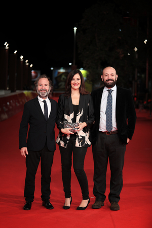 ROME, ITALY - NOVEMBER 02: (L-R) Pedro Hernandez Santos, a guest and Antonio Mendez Esparza walk a red carpet for 'Life & Nothing More (La Vida y Nada Mas)' during the 12th Rome Film Fest at Auditorium Parco Della Musica on November 2, 2017 in Rome, Italy Imagens - 89300068