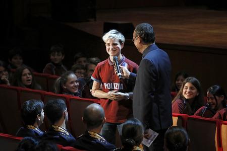 """Rome, Italië - 11 december 2017: Carlo Conti interviewt de paralympische atleet van de Fiamme Oro Beatrice Vio, in het publiek van het Parco della Musica Auditorium, ter gelegenheid van het concert van de State Police Band, """"Wees er altijd, met muziek en W"""