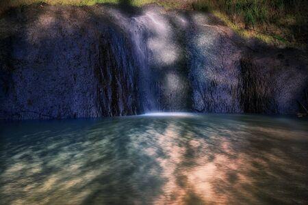 Cascata del Braccio di mare, questa cascata si trova nel comune di Castel Giuliano in provincia di Roma. L'acqua cade da una roccia scura, formando uno spettacolo naturale di rara bellezza.