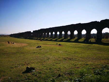 Ancient Roman aqueduct in Rome Park Archivio Fotografico - 122208005