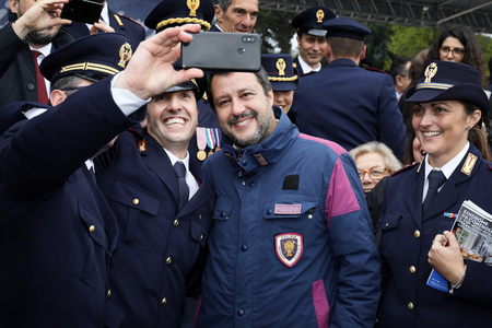 Rome, Italy - 10 April 2019: Interior Minister Matteo Salvini takes a selfie with police officers during the 167th anniversary of the State Police. 新聞圖片