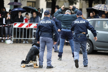 Rome, Italy - April 14, 2019: Piazza San Giovanni Bosco, dogs from the canine department simulate an arrest, during a practical exercise with dogs, in front of the public in the square. Standard-Bild - 122153308