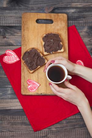 desayuno romantico: Tostada con pasta de chocolate. Desayuno romántico en el Día de San Valentín