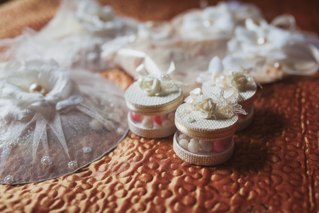 Wedding decor in the restaurant, bonbonnieres, candy boxes Archivio Fotografico