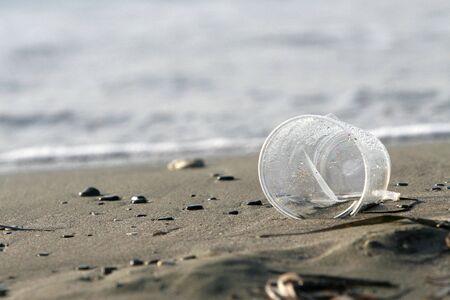 contaminacion ambiental: la contaminaci�n del medio ambiente - la clase de pl�stico, la suciedad en una playa  Foto de archivo