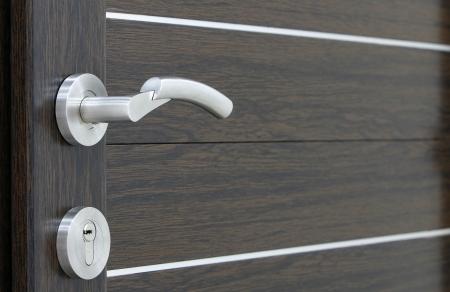 een zilveren omgaan met PVC bruine deur