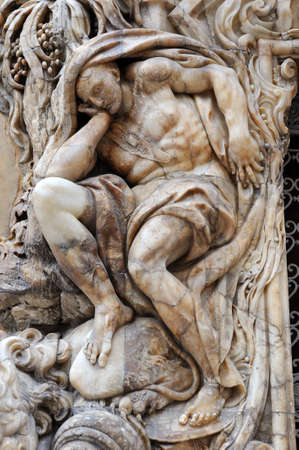 marmol: human figure in front. Done in marble with great detail. Located on the facade of the palace of the Marquis de Dos Aguas in Valencia