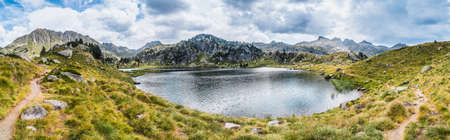 Panoramic view of mountain lake surrounded by mountains. Concept of mountain trip and summer vacations. Circo Saboredo, Aran Valley-Pyrenees, Catalonia, Spain. 免版税图像